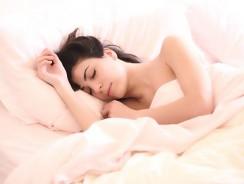De quel côté dormir quand on est enceinte ?